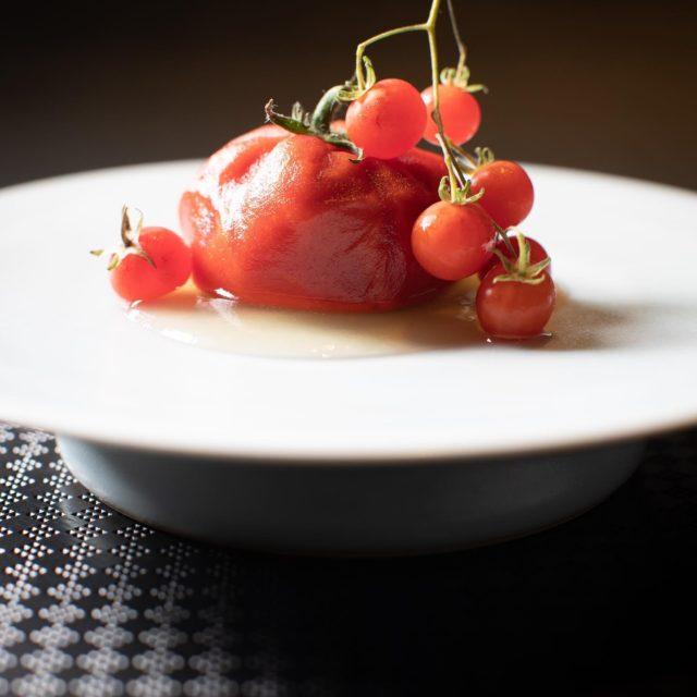 液体窒素で作ったトマトムース 周りゼラチン、中からトマトの液体がトマト本来…